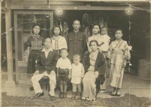 森下屋洋品店の前で家族の写真(昭和18年)