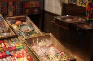 駄菓子屋の店先